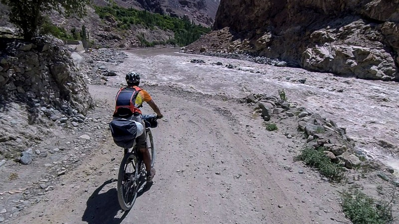 Cycling from Garkone to Khaltsi along the Indus River